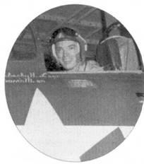 Летчик истребителя F9F-2 «Пантера» лейтенант-коммендер Уильям Томас Эмин сбил 10 ноября 1950г. на малой высоте МиГ-15. Парадный фотопортрет Эмина в кабине «Пантеры» сделан на следующий день, 11 ноября 1950г. Эмин командовал эскадрильей VF-111 «Sundowners», входившей в состав 11-й авиагруппы, которая базировалось на борту авианосца «Филиппин Си». К вечеру 10 ноября два пилота с авианосца «Вэлли Форж» сбили еще один МиГ, бой также происходил вблизи земли. Третий МиГ-15 пилоты морской авиации записали на свой счет меньше, чем через неделю. Обратите внимание — ниже козырька фонаря кабины на борту фюзеляжа написаны фамилии летчика (капитан Эмин) и его механика по вооружению. Истребитель был вооружен четырьмя скорострельными 20-мм пушками.