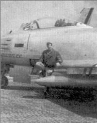 Летчиком, открывшим счет сбитым на «Сейбрах» МиГам, стал подполковник Брюс Хинтон. 17 декабря 1950г. он сбил МиГ-15 на самолете F-86A- 5 (49-1236) «Squanee». Командир 336- й эскадрильи 4-й истребительной авиагруппы возглавил группу «Сейбров» в самом первом боевом вылете истребителей этого типа в Корее. Над Ялу американцев атаковала четверка МиГов, пилоты которых с путали новейшие истребители ВВС США с хорошо известными «Шутит Старами». Снимок подполковника Хинтона сделан через пять месяцев после исторического воздушного боя, в котором он сбил МиГ-15.