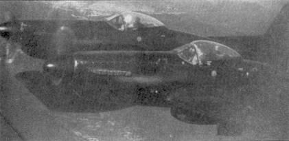 Истребитель F-82G «Твин Мустанг» не являлся основой ВВС США на Дальнем Востоке, где на момент начала войны в Корее было развернуто только три эскадрильи этих двухфюзеляжных самолетов. На первых «Твин Мустангах» экипаж состоял из двух летчиков, на «Твин Мустангах», оснащенных РЛС — из летчика и оператора радиолокационной станции (место оператора находилось в правом фюзеляже). На снимке — истребитель F-82G «Твин Мустанг» (46-383) из 68-й всепогодной истребительной эскадрильи. Экипаж этой машины, летчик лейтенант Уильям Хадсон и оператор РЛС Карл Фрезер, сбил 27 июня 1950г. северокорейский Як-7У — первая официально зарегистрированная победа в воздушном бою периода войны в Корее. Снимок исторического самолета сделан в декабре 1950г. над Японией.