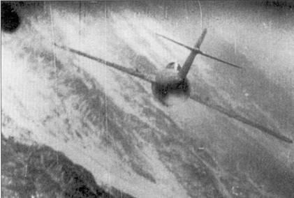 МиГ-15 подбит, за самолет начинает тянутся шлейф дыма. Истребитель пытается со снижением уйти на север за реку Ялу, которая видна в нижней части снимка. Это — один из восьми МиГ-15, подбитых в декабре 5 1950г. летчиками 4-й истребительной авиагруппы.