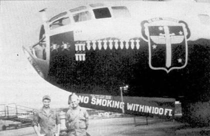 Бомбардировщики В-29 являлись главной целью летчиков МиГ-15. Тактика действий МиГов сводила к минимуму возможности оборонительного вооружения «Сверхкрепостей». На снимке — бомбардировщик В-29 из базировавшейся в Кадене 19-й бомбардировочной авиагруппы. Обратите внимание на отметки о двух сбитых воздушными стрелками самолета МиГ-15. Символы больших бомб говорят о том, что бомболюк В-29 был доработан под размещение в нем огромных бомб «Тарзан».
