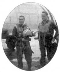 На — снимке Джеймс Джабара еще капитан. Джабара держит в руках свой шлем красного цвета. Снимок сделан на фоне «Сейбра», на котором Джабара 3 апреля 1951г. одержал свою первую победу в воздушном бою.