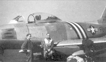 Джэмс Джабара стал асом, после того как сбил 20 мая 1951г. сразу два МиГ- 15. Средства массовой информации немедленно отреагировали на появление в ВВС США нового аса. Снимок сделан на японской авиабазе Джонсон через несколько дней после 20 мая 1951г. Джабара дает интервью на фоне истребителя F-86A-5 (49-1318).