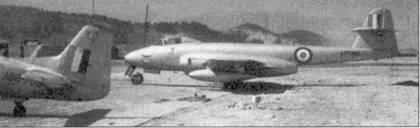 В первые месяцы 1951г. 77-я эскадрилью Королевских ВВС Австралии перевооружили с «Мустангов» на «Метеоры» F.8 (на вооружение эскадрильи также поступили один или два двухместных «Меторов» Т. 7) Была надежда, что «Метеор» будет способен противостоять МиГ-15, однако советские истребители превосходили британские по всем параметрам и эти надежды не оправдались. Согласно советским источником пилоты МиГов сбивали по несколько «Метеоров» в день, а всего они «уничтожили» «Метеоров» больше, чем их было на вооружении 77-й эскадрильи — единственной в Корее, летавших на двухмоторных британских реактивных истребителях. На снимке — «Метеор» стоит рядом с одним из последних «Мустангов» 77-й австралийской эскадрильи. Фотография сделана в марте 1951г. в Пусане. Серийный номер «Метеора» — А 77-982 — самый высокий в ВВС Австралии. Этот самолет был потерян при штурмовке наземных целей в июне 1953г.