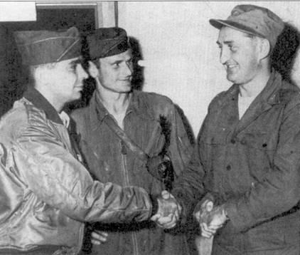 Командир 4-й истребительной авиагруппы полковник Фрэнсис С. Габрески поздравляет асов №№2 и 3 — капитана Ричарда С. Бэйкера (слева) и 1- го лейтенанта Ральфа Гибсона. Летчики только что сбили по своему пятому МиГу, 9 сентября 1951г.