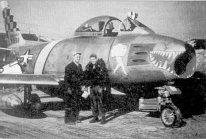 Два летчики 39-й эскадрильи 4-го истребительного авиакрыла позируют на фоне «Сейбра», конец 1951г. Слева — 1-й лейтенант Хэл Фишер, сбивший 16 октябри 1951г. сразу два МиГ-15. Немногие «Сейбры» периода войны в Корее были украшены акульими пастями. С этой точки зрения самолет Фишер можно считать раритетом среди других истребителей 4-го авиакрыла.