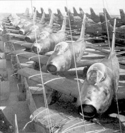Не менее 25 истребителей F-86E находились на палубе авианосца «Кэйн Исперэнсе». Снимок сделан где-то в центральной части Тихого океана летом 1951г. После прибытия корабля в Корею самолеты поделили между 4- м авиакрылом и 51-м авиакрылом, последнее ранее имело на вооружение «Шутинг Стары». Типичное авиакрыло ВВС США периода войны в Корее имело 68 истребителей в составе трех эскадрилий.