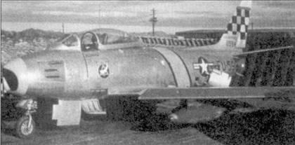 Ни самолете F-86E 50-0598 «Му Best Bett» летал 2-й лейтенант Бернард Вайс из 16-й эскадрильи. Под крылом подвешены топливные баки цвета хаки. Обычно самолеты летали с топливными баками, заказ на изготовление которых был размешен в Японии. Японские баки имели несколько другую форму и не окрашивались Летчикам, по большому счету, было все равно с какими подвесными баками летать ни боевые задания.