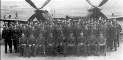 Оснащенной истребителями F-82G «Твин Мустанг» 339-й всепогодной истребительной эскадрильей командовал майор Джеймс У. Поук. В годы второй, мировой войны Поук сбил семь самолетов. К этим семи победим он добавил сбитый в Корее 27 июня 1950г. истребитель Ла-7. Весной 1951г. Поука назначили командиром 68-й всепогодной истребительной эскадрильи, которая базировались в Итацуки. Здесь приведен групповой снимок личного состава эскадрильи.