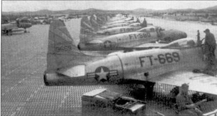 Перед началом войны в Корее основным истребителем американской военной авиации на Дальнем Востоке был реактивный F-8°C «Шутинг Стар». Пилоты считали его лучшим самолетом-истребителем. Однако в первых воздушных боях выяснилось, что на нем сложно драться с маневренными поршневыми истребителями северокорейцев. На снимке «Шутинг Стары» из 80-й эскадрильи «Headhunters» 8-го истребительно-бомбардировочного авиакрыла — первого соединения реактивных истребителей ВВС США, принявшего участие в Корейской войне. Па счету 8-го авиакрыла первая реактивная победа американцев воздушном бою. До начала 1951г. 8-е авиакрыло базировалось в Японии на аэродроме Итацуки, затем ее перевели на корейскую авиабазу Сувон (К-13).