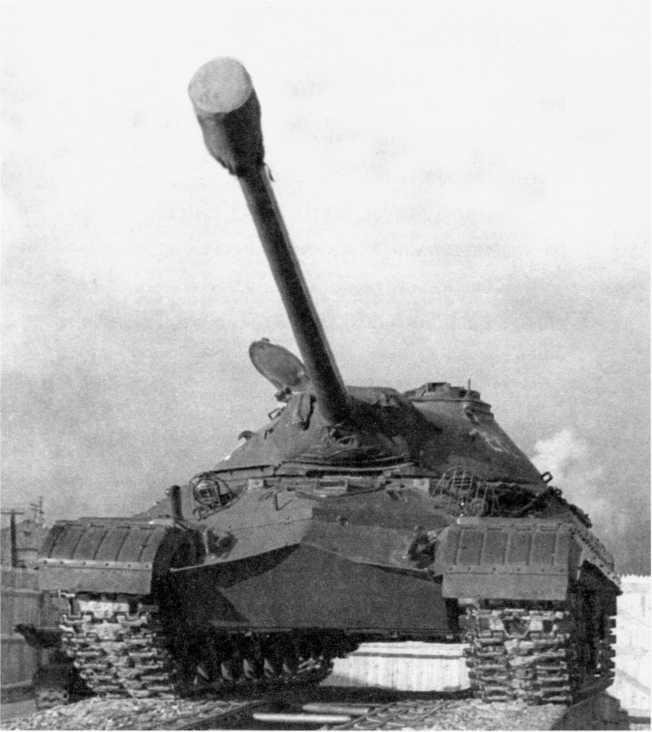 1.Танк Т-10, общий вид 1955 год. Зенитный пулемет на башне не установлен, на дульный тормоз пушки одет чехол (РГАЭ).