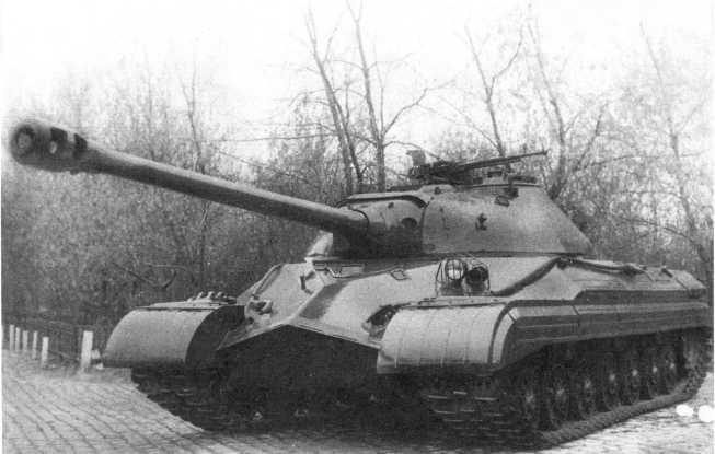 4.Общий вид опытного танка «объект 730», сентябрь 1949 года. Хорошо видна установка фары и сигнала на наклонном листе корпуса, а также укладка буксирных тросов (РГАЭ).