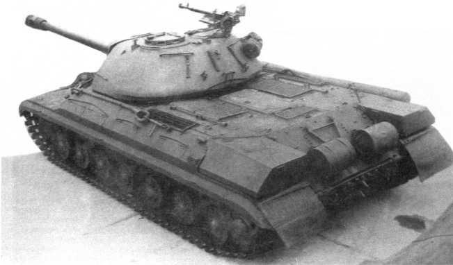 8.Танк Т-10, вид сзади сверху. Хорошо видны наружные топливные баки, укладка дымовых шашек БДШ-5 и крепление ствола орудия при движении по-походному в положении «пушка назад» (РГАЭ).