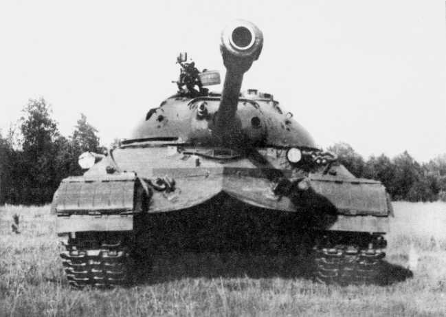 10.Тяжелый танк Т-10 на полигоне. 1954 год. Хорошо видна защитная планка на лобовой части корпуса, предохраняющая механика-водителя от воды и грязи во время преодоления препятствий (ИЖ).