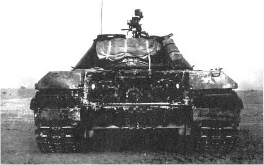 13.Тяжелый танк Т-10 на испытаниях, вид сзади. Хорошо видно крепление брезента на задней части башни. 1955 год (ИЖ).