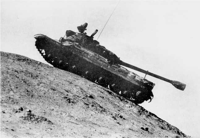 15.Тяжелый танк Т-10 вo время испытаний преодолевает горку. 1955 год (ИЖ).
