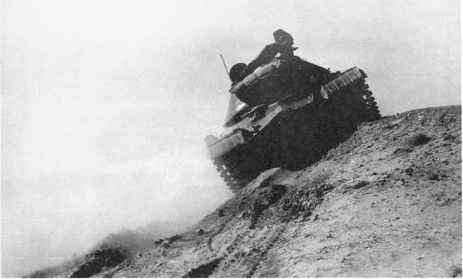 16.Тяжелый танк Т-10 проходит косогор в ходе испытаний. 1955 год (ИЖ).