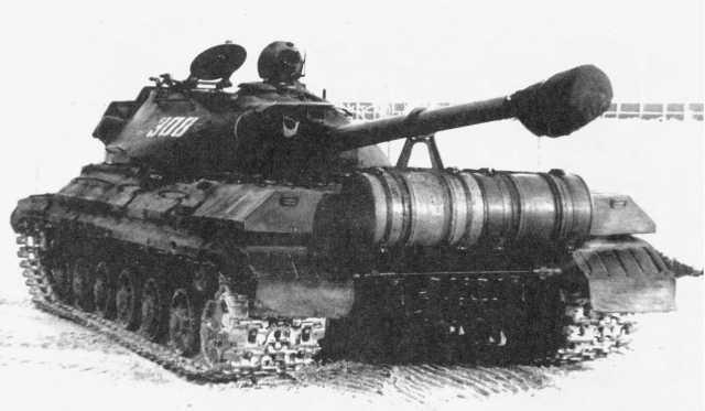 17.Тяжелый танк Т-10 с двумя дополнительными 200-литровыми бочками с топливом, установленными на корме корпуса на месте БДШ (ИЖ).