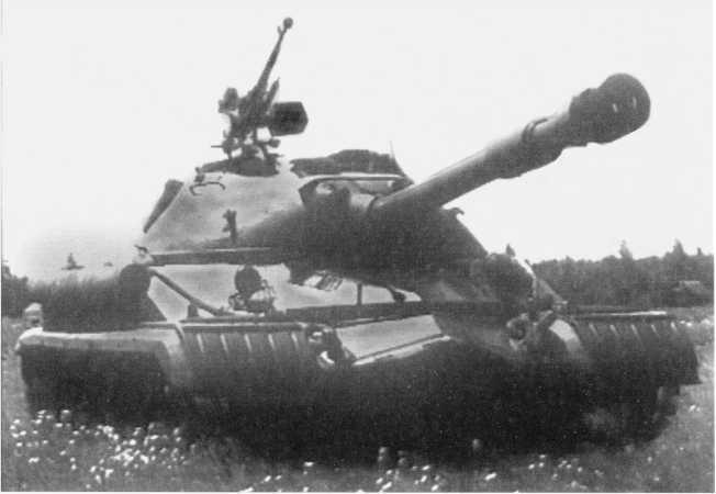 38.Тяжелый танк Т-10Б во время демонстрации ходовых качеств на полигоне (кадр учебного фильма).