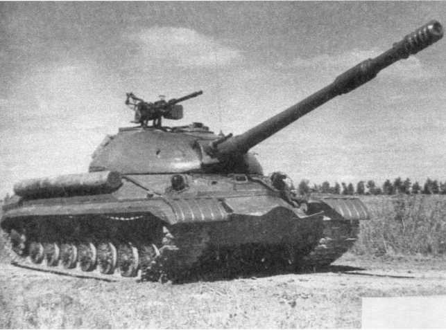44.Общий вид танка Т-10М. Хорошо виден спаренный с пушкой 14,5-мм пулемет КП ВТ (АСКМ).