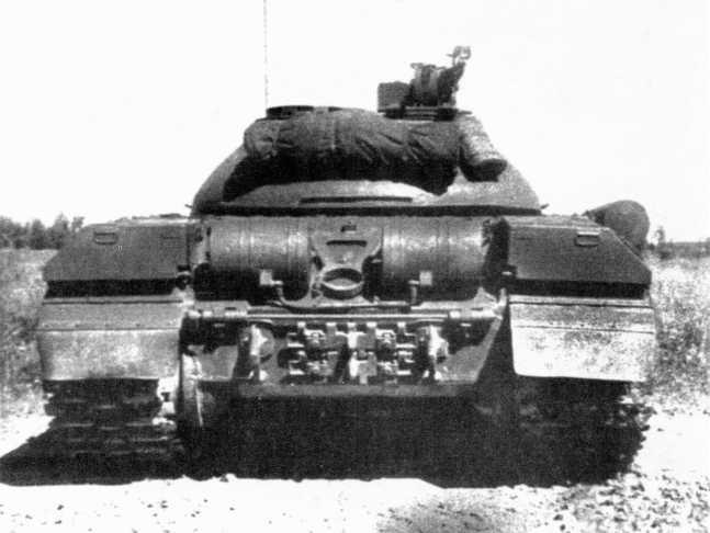 46.Тяжелый танк Т-10М, вид сзади. Между шашками БДШ видно крепление ствола орудия при движении по-походному, на нижнем кормовом листе корпуса закреплены запасные траки (АСКМ).
