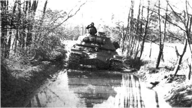 64.Танк Т-10М по разбитой дороге движется на Штатский полигон. ГСВГ, 1974 год. Танк из состава 49-го отдельного танкового батальона (ЕМ).