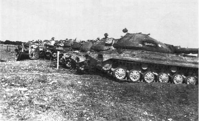 66.Танки Т-10М из состава 30-го отдельного танкового батальона ГСВГ на полигоне после стрельб. 1974 год (СС).