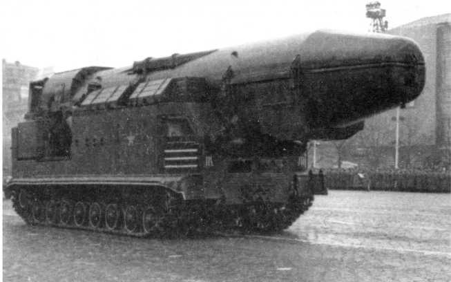 92.Пусковая установка ракеты РТ-15 (8К96) на шасси «объект 815». Москва, Красная площадь, 7 ноября 1965 года (АСКМ).