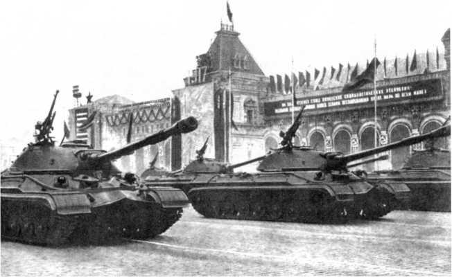94.Танки Т-10Б на Красной площади. Москва, 7 ноября 1957 года. Вероятно, это было единственное участие «десяток» в парадах (ИЖ).