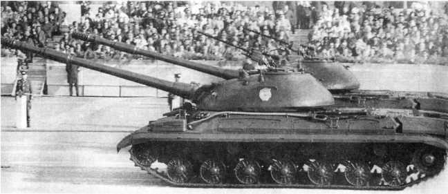97.Танки Т-10М на параде в Берлине. Конец 1960-х годов. Вероятно машины из состава одного из полков какой-то гвардейской танковой дивизии (ЕМ).