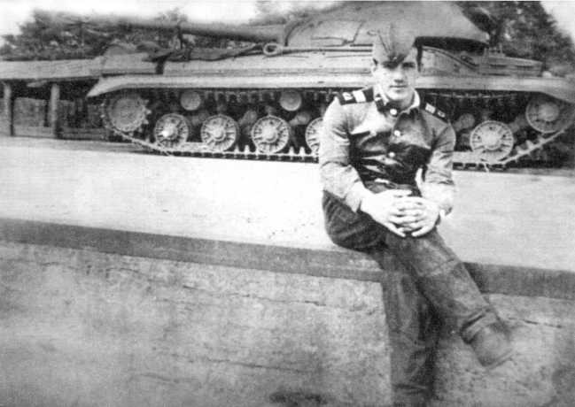 101.Танк Т-10М из 49-го танкового батальона перед погрузкой на железнодорожную платформу для отправки на Витштокский полигон — там проводились стрельбы штатными 122-мм снарядами. Перед машиной сидит старший сержант Е.П. Ментюков (ЕМ).
