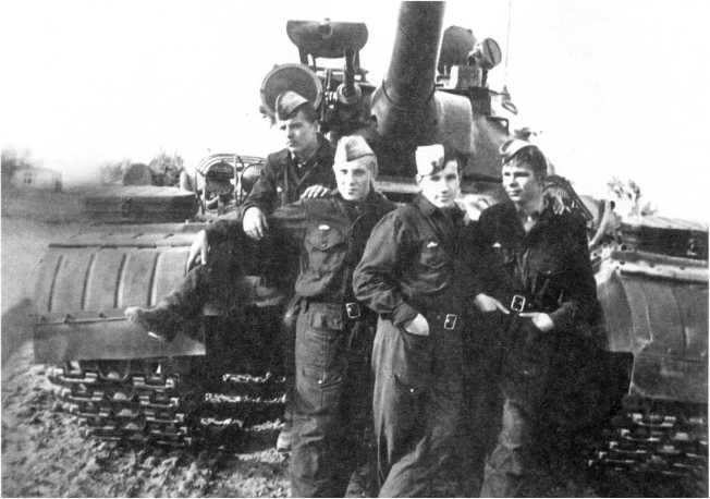 102.Танкисты 49-го батальона у танка Т-10М после проведения стрельб (слева направо): старший сержант С.Н. Шабалин, сержант А. В. Ельченков, старший сержант Е.П. Ментюков и младший сержант Я. И. Козарь. ГСВГ, лето 1974 года (ЕМ).