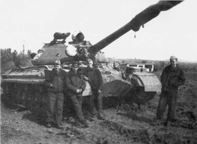 104.Танкисты у Т-10М после проведения занятий. 30-й отдельный танковый батальон, ГСВГ, 1974 год (СС).