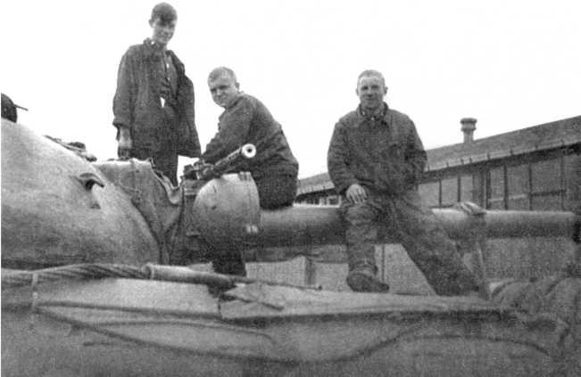 105.Экипаж танка Т-10М во время обслуживания 14,5-мм пулемета КПВТ в парке 30-го отдельного танкового батальона. ГСВГ, 1973 год (СС).
