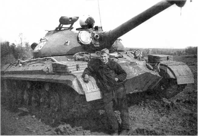 106.Учебный танк Т-10М из состава 30-го отдельного танкового батальона, у машины стоит сержант С. Сотников. ГСВГ, 1974 год (СС).