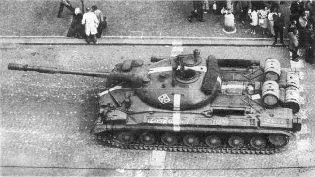 108.Танк Т-10М на улице города Пльзень. Чехословакия, август 1968 года (ЕМ).
