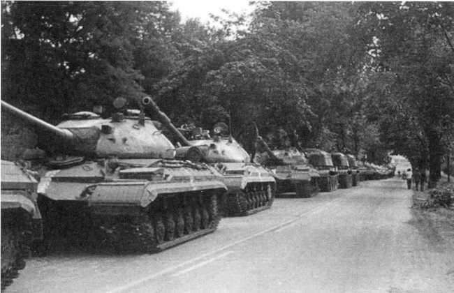 109, 110. Танки Т-10М на дорогах Чехословакии. Скорее всего, машины из состава 9-й тяжелой <a href='https://arsenal-info.ru/b/book/1627328415/38' target='_self'>танковой дивизии</a> (USTRCR).