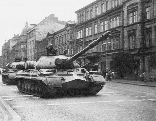 111.Танки Т-10М в Пльзени. Август 1968 года. На машинах были нанесены специальные белые полосы для опознавания своей авиацией (ЕМ).