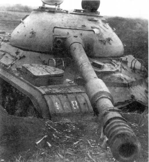 112.Большая часть танков Т-10 была отправлена в металлолом, часть машин — как этот Т-10М — использовалась в качестве мишеней на полигонах (ЕМ).