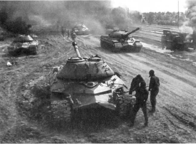 114.Единственным фильмом, в котором «засветились» танки Т-10М стала 4-серийная лента киностудии «Мосфильм», снятая в 1985 году. На фото — кадр из фильма, Т-10М играют роль советских танков Великой Отечественной.