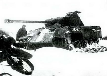 Подбитый и захваченный в ходе Корсунь- Шевченковской операции, немецкий танк «Пантера». 1944 г.