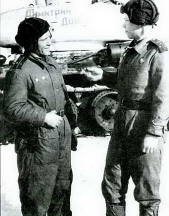 Слева: Передача танков колонны «Димитрий Донской» в действующую армию.