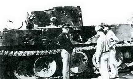 Члены американской военной миссии у расстрелянного на полигоне «Тигра». Парк им. Горького, лето 1943 г.