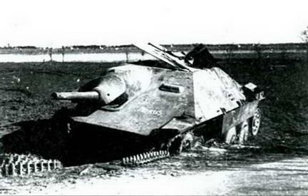 Подбитый немецкий истребитель танков «Хетцер» (Hetzer). Начало 1945 г.