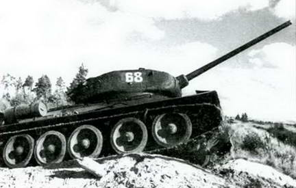 Танк Т-34-85 преодолевает препятствие. Весна 1945 г.