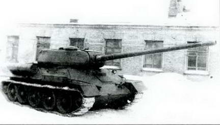 Т-34-100, вооруженный 100-мм пушкой ЗИС-100, во дворе завода № 92. Весна 1945 г.