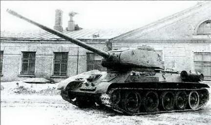 Т-34-85, перевооруженный 100-мм пушкой ЗИС-100, во дворе завода № 92. 1945 г.