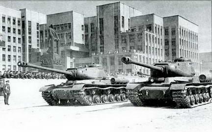 Два ИС-2, вооруженные Д-25 с поршневым затвором (передний) и клиновым (задний) на параде в г. Минск. 1945 г.