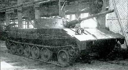 Общий вид плавающего танка Р-39 в цеху завода № 112. Лето 1949 г.