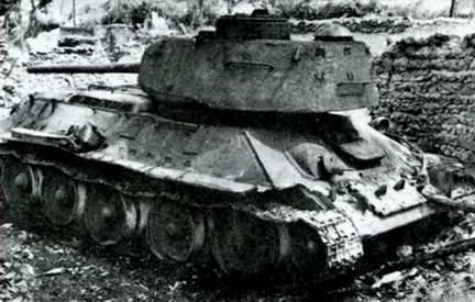 Т-34-85 первой северокорейской танковой бригады, подбитый возле р. Нактонг. 1950 г.